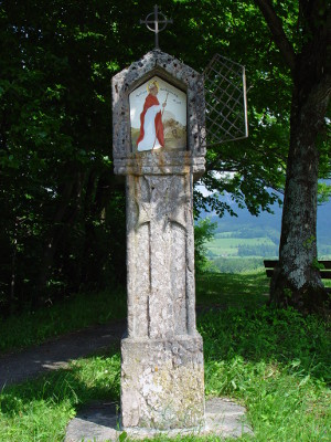Stehle mit Bild von Bischof Korbinian