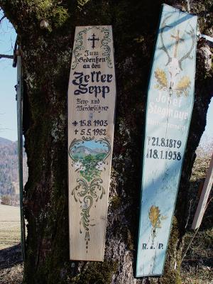 Bretter mit Namen an Baum