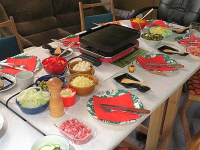 Gedeckter Tisch mit Raclette und Zutaten