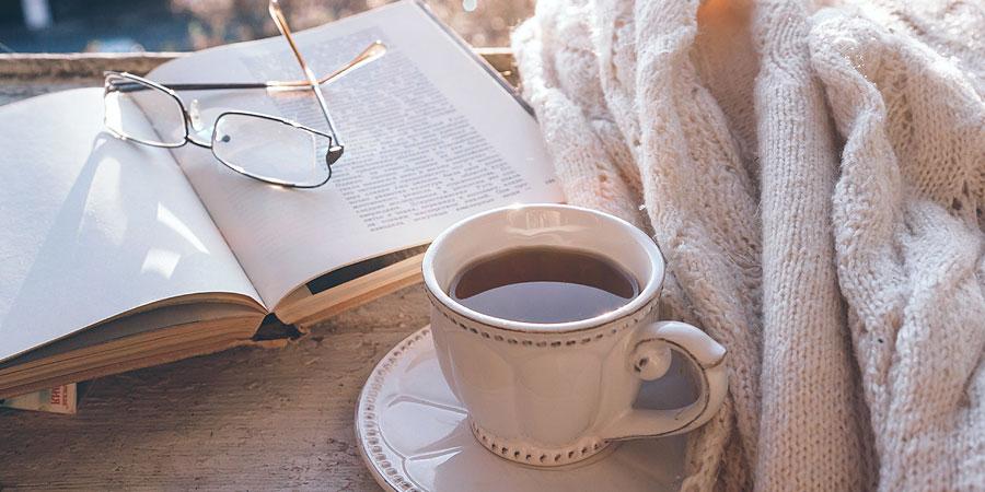 Teetasse, Buch, Lesebrille, Decke