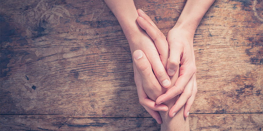 männliche hände halten frauenhand