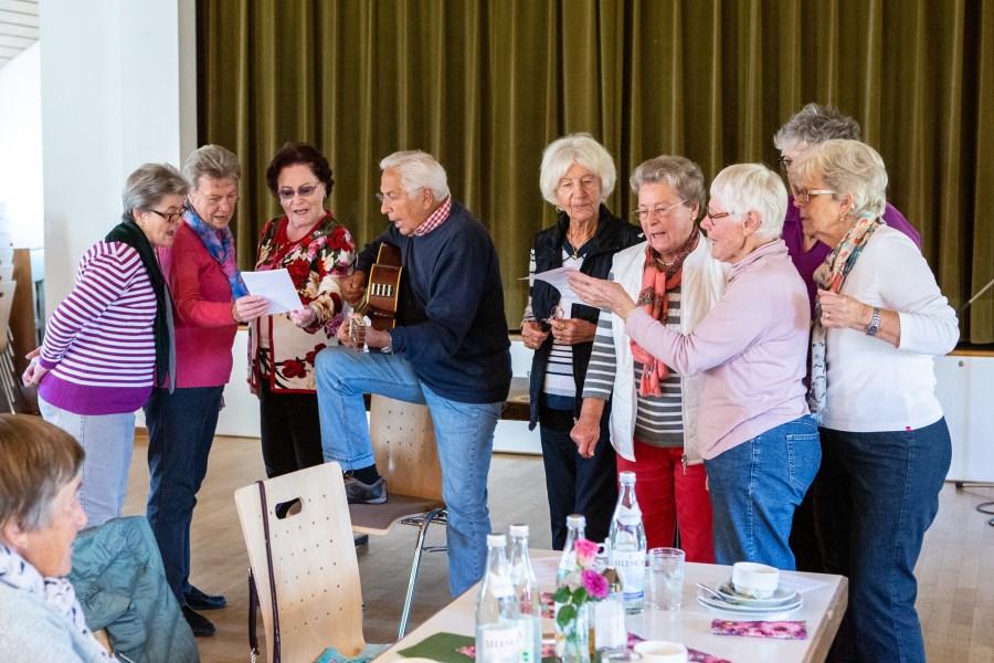 Verwitwete Senioren singen gemeinsam in Pfarrsaal
