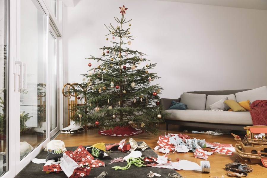 Christbaum und zerknülltes Geschenkpapier