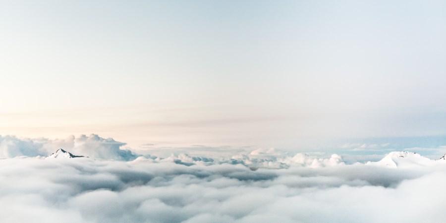hellblauer Himmel mit Wolken