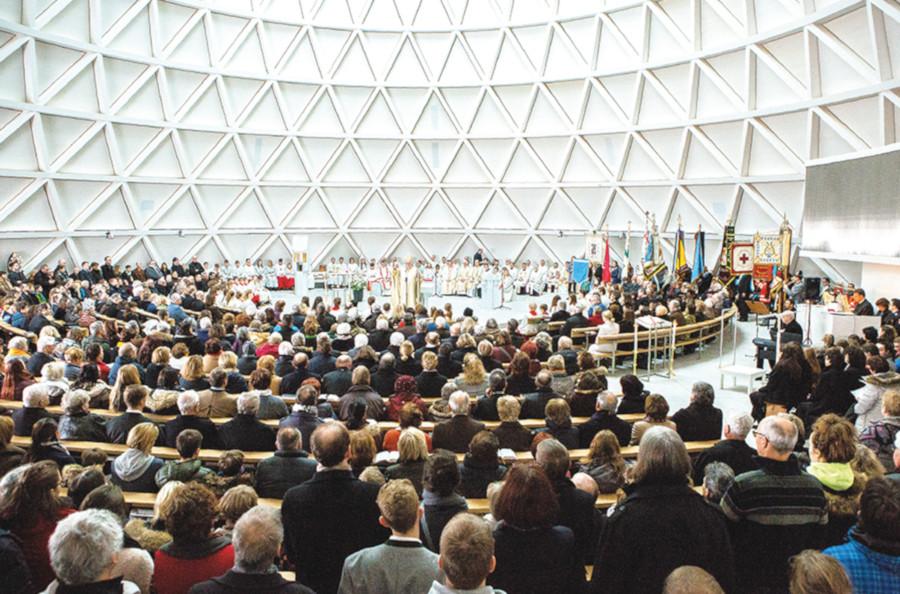 Kircheninneres bei der Einweihung mit Besuchern und Kardinal