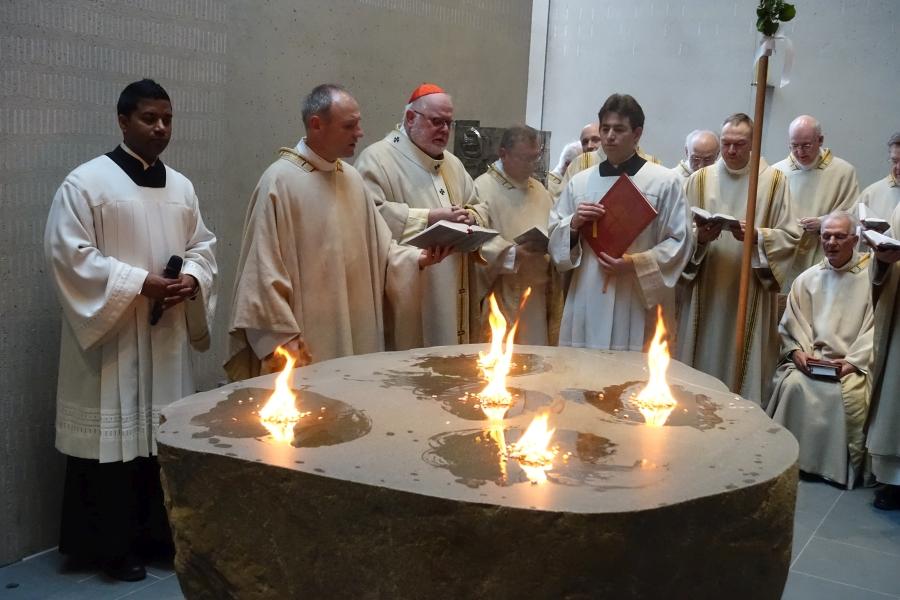 Kardinal Marx weiht den Altar der neuen Kirche St. Jakobus Neuperlach