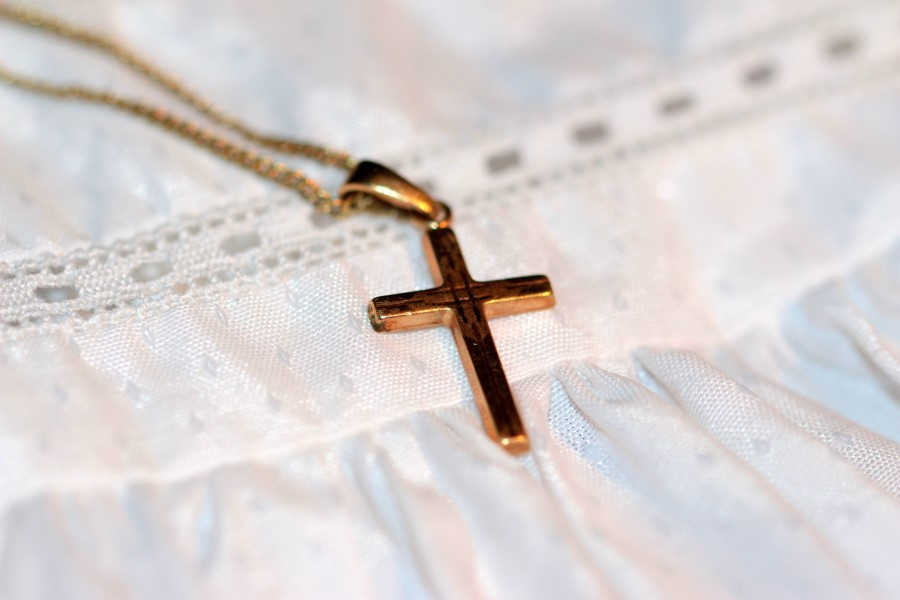 Taufkleid mit Kreuz