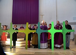 Pontifikalamt mit Weihbischof Rupert Graf zu Stolberg bei der Kreuzübergabe an die Verbandskirchen