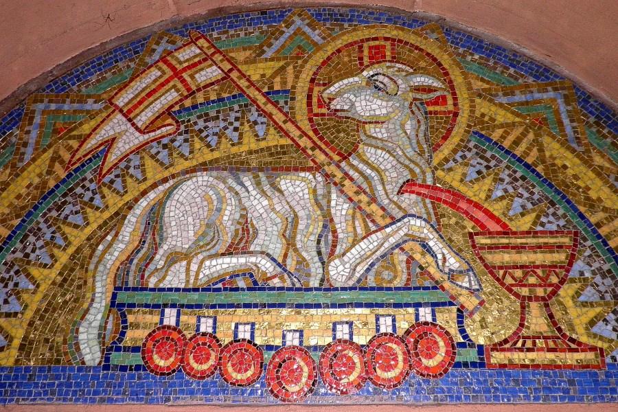 Mosaikdarstellung eines Osterlamms mit Osterfahne