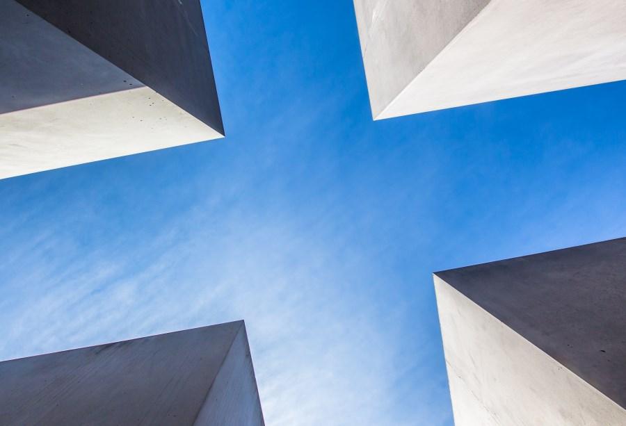 Blick in den Himmel durch kreuzförmige Häuserschlucht