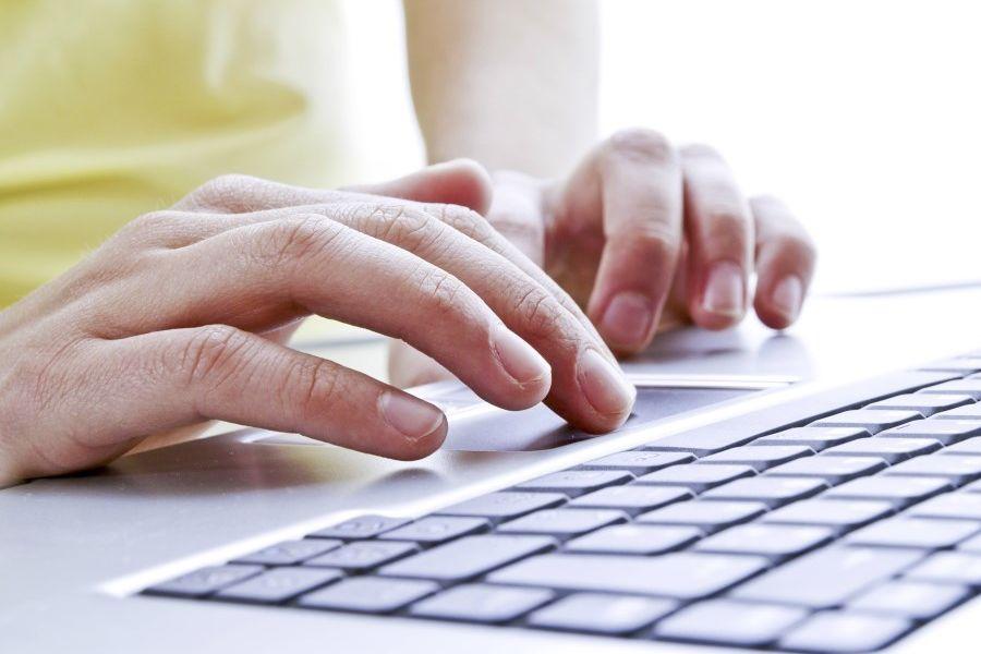 Junge Frauenhände auf einer Tastatur
