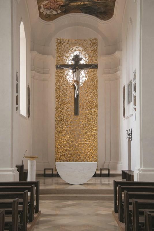 Der neu gestaltete Altarraum von St. Laurentius Mühldorf am Inn,