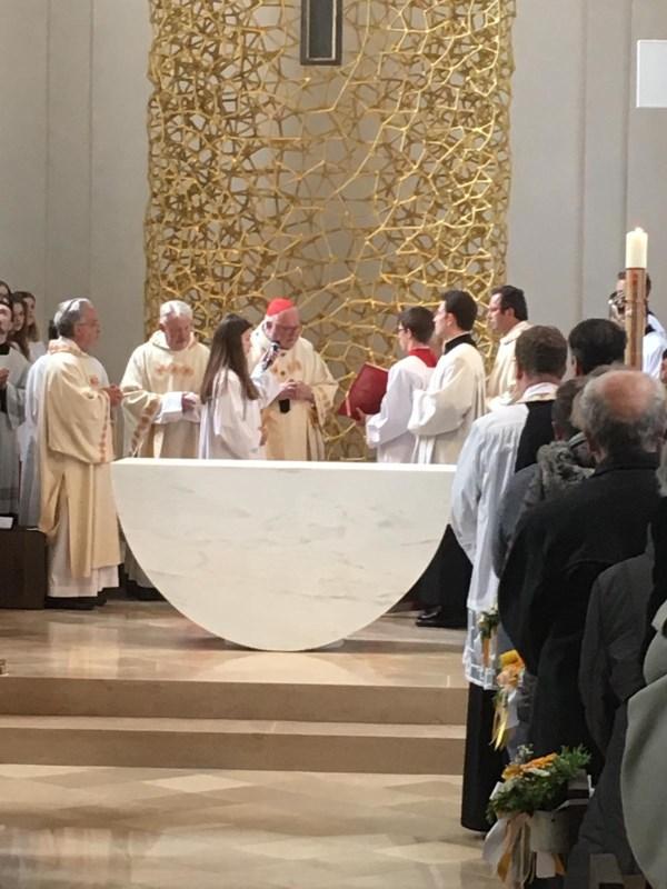 Im Festgottesdienst am Sonntag, 5. Mai, um 10 Uhr weihte der Erzbischof von München und Freising, Kardinal Reinhard Marx, den neuen Altar der Pfarrkirche St. Laurentius in Mühldorf am Inn.