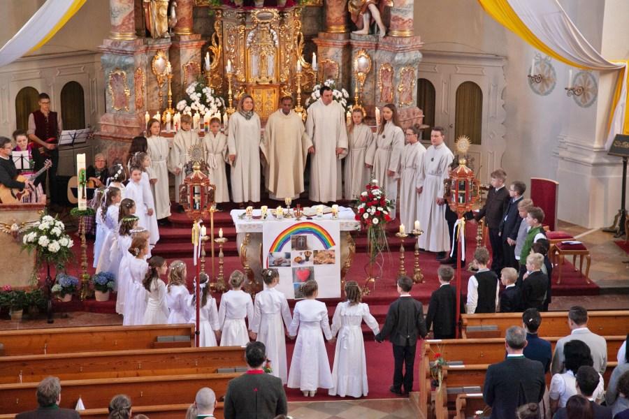 Erstkommunion Kreis um Altar