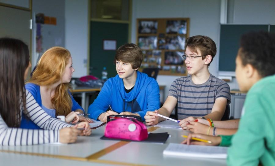 Schüler sitzen in einer Gruppe im Klassenzimmer