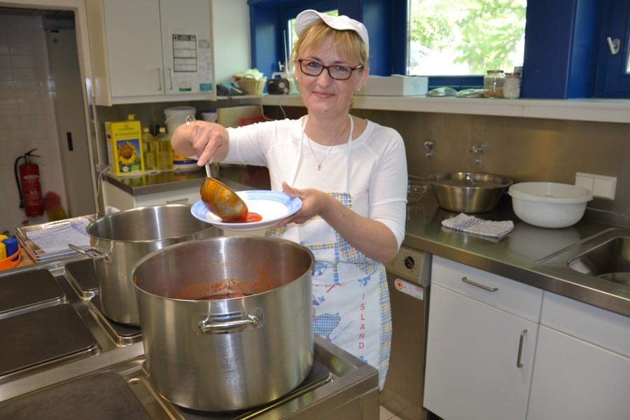 Heute gibt es Hackfleischbällchen auf Reis und mit Gurkensalat. Blaženka Jurišić füllt den ersten Teller.