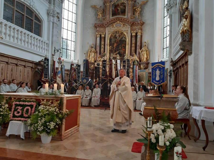 Pfarrer Ager während der Predigt zur Feier seines Priesterjubiläums