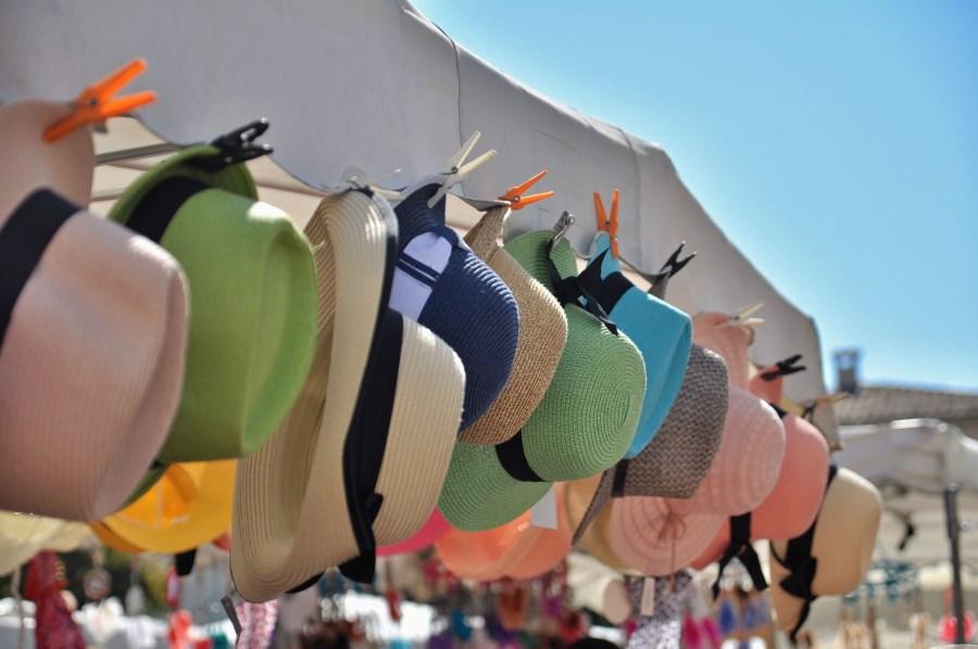 Sommerhüte an Straßenstand