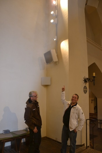 Korbinian Mäusbacher und Mesner Vladimir Vidak vor LED-Lichtleiste