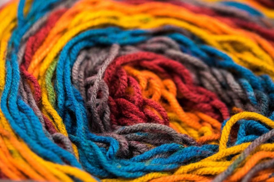 Wollknäuel mit verschiedenen Farben in Nahaufnahme