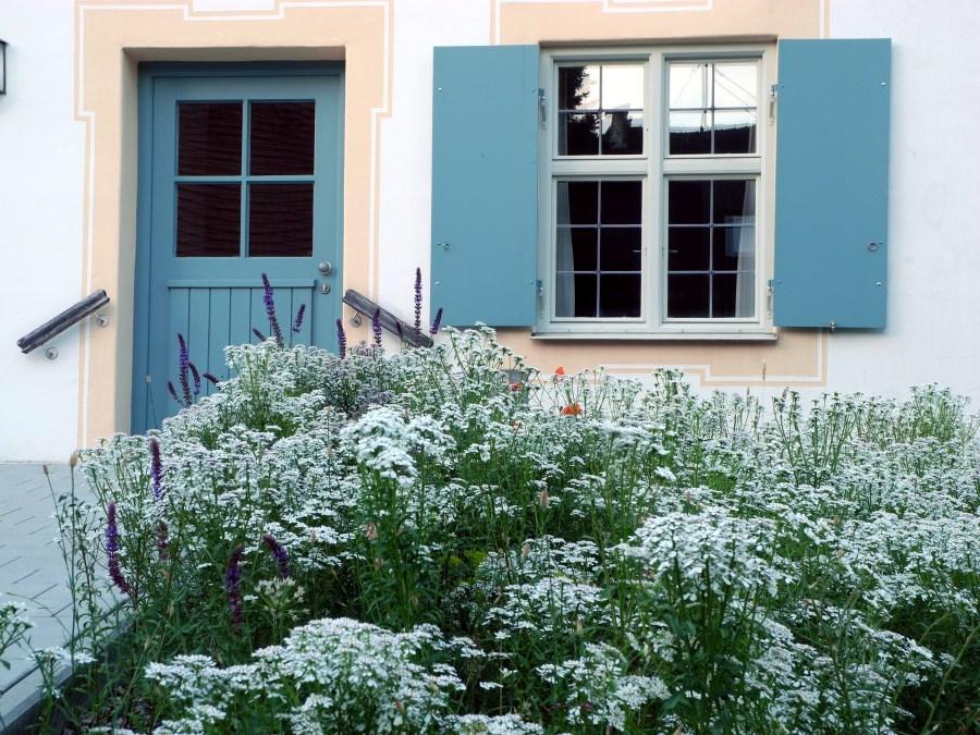blühender Garten vor Pfarrhaus in Günzlhofen