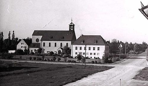 Herz jesu Kirche mit Pfarrhaus und Pfarrheim