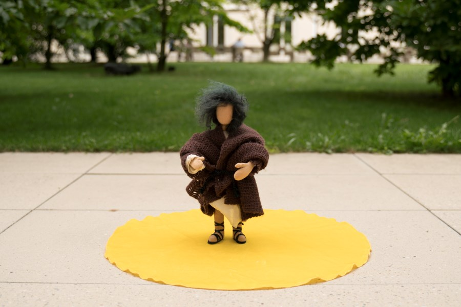 Egli Figur Franziskus auf gelbem Tuch