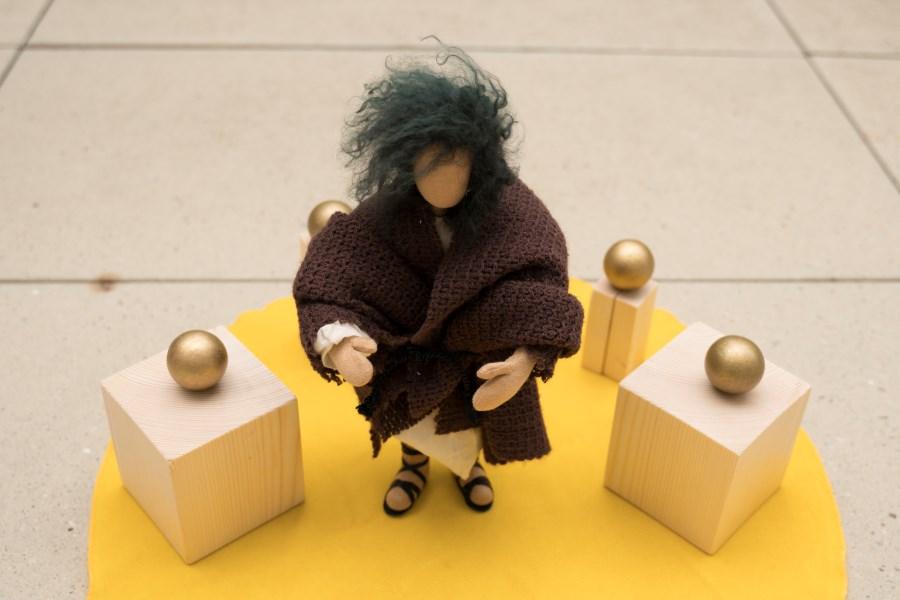 Franziksus Figur mit Stadt aus Holzklötzen