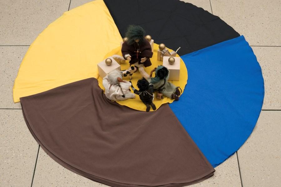 Eglifiguren auf farbigen Tüchern