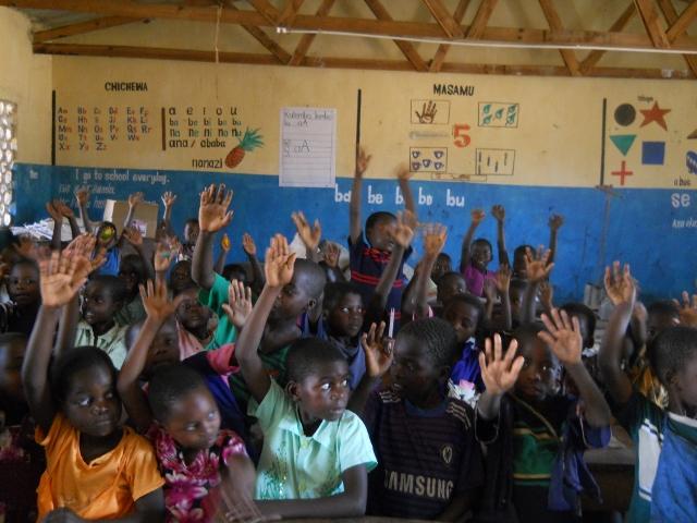 Glückliche Kinder freuen sich in Mkhukhi, dass sie etwas lernen können.
