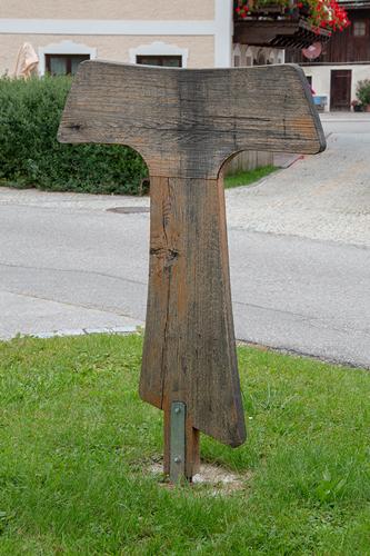 Holz-Tau vor dem Pfarrbüro