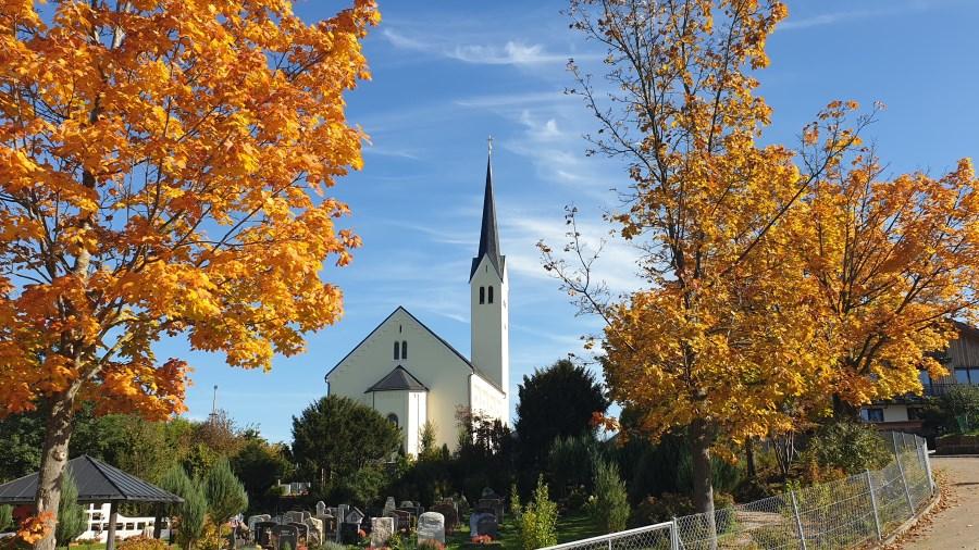 Kirche mit Herbstlaub