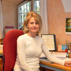 Frau an Schreibtisch