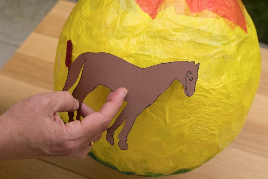 Martinslaterne mit Pferd bekleben