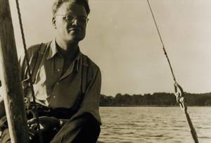 Pater Alfred Delp beim Segeln auf dem Simssee.