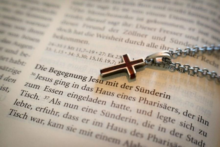 AUfgeschlagene Bibel mit dem Text von Jesus und der Sünderin
