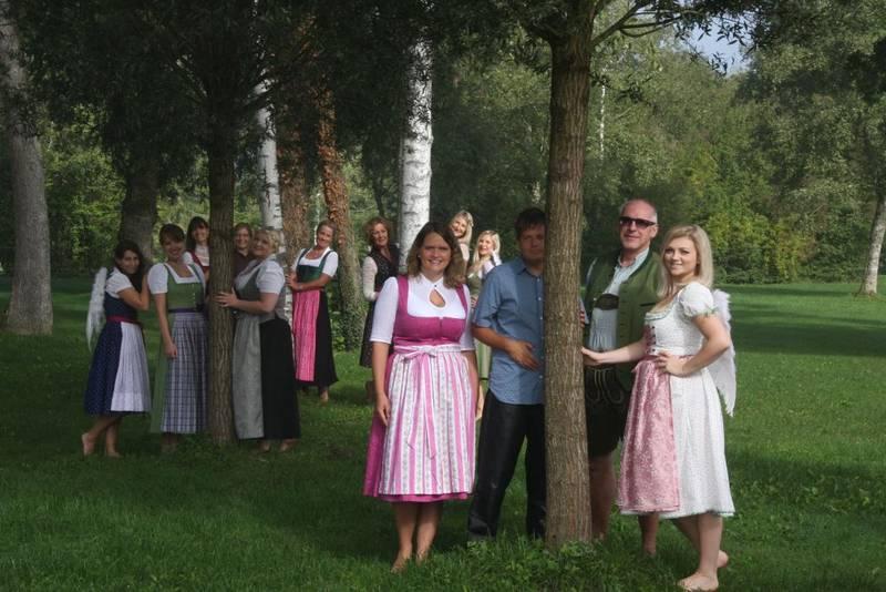 Lobpreischor Riedering steht im Wald