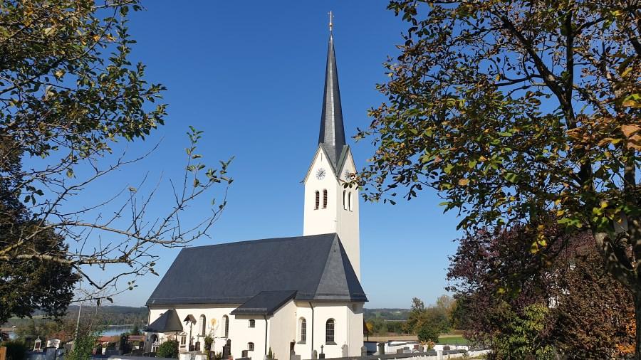Wallfahrtskirche Maria Stern in Neukirchen mit Blick auf den Simssee.