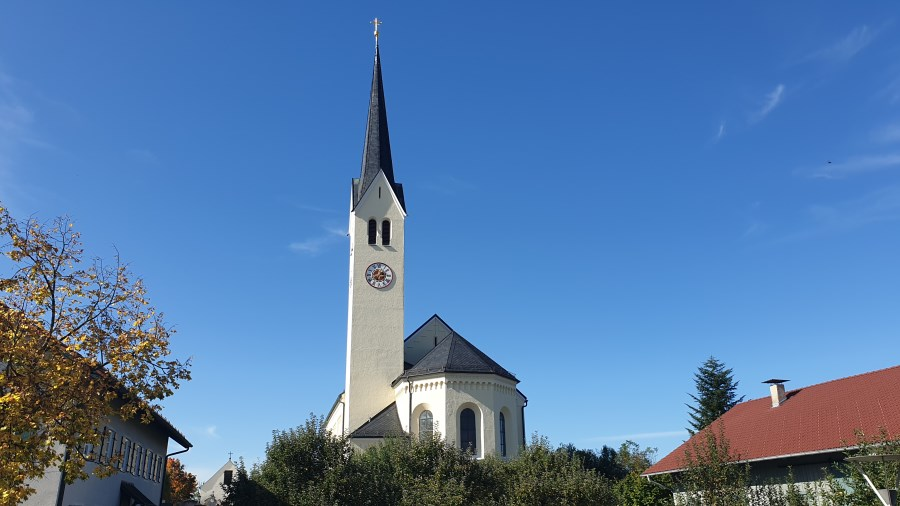 Pfarrkirche Maria Himmelfahrt Riedering. Blick vom Kirchplatz.