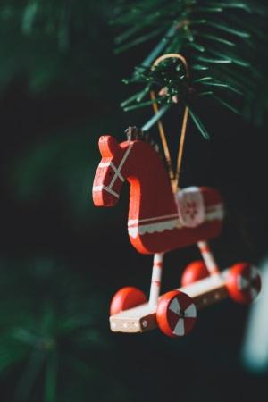 Holzpferd an Christbaum