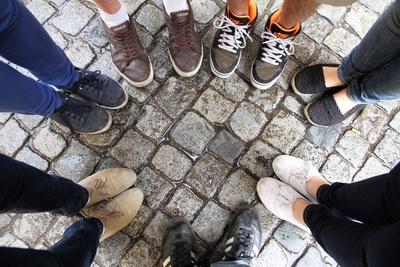 Füße stehen im Kreis zusammen