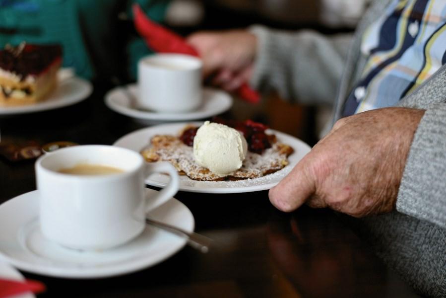 Senioren Hände und Kaffee