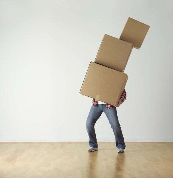 Mann mit Kistenstapel