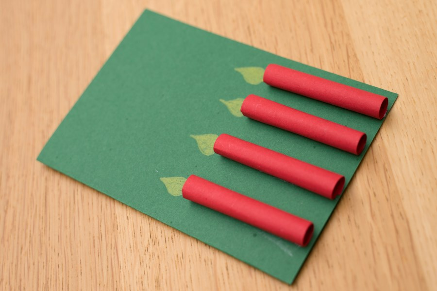 Klappkarte mit vier Kerzen aus Tonpapierröllchen