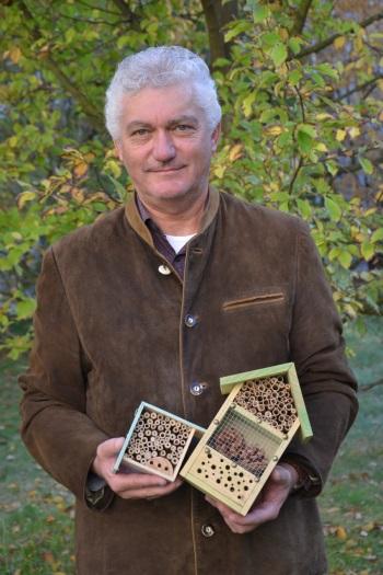 Hermann Hofstetter mit selbstgebautem Insektenhotel