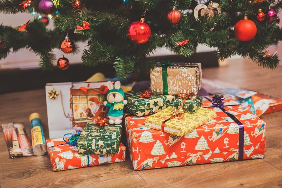 bunte Geschenke unter Christbaum
