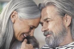 Mann und Frau wenden sich einander zärtlich zu