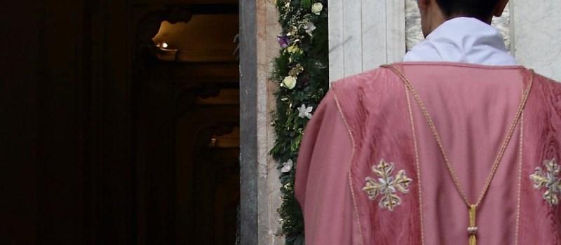 """Am dritten Adventssonntag """"Gaudete"""" und am vierten Fastensonntag """"Laetare"""" können Kleriker anstelle des violetten Messgewands eines in rosa tragen."""