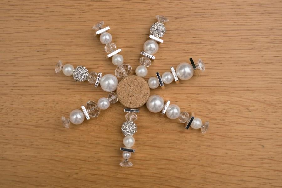 Schneeflocke aus Perlen und Draht gebastelt