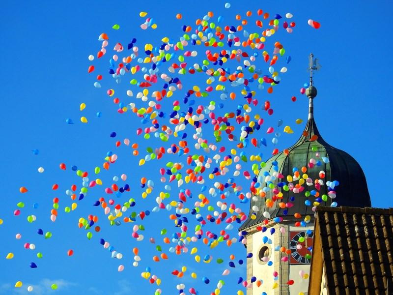 Kirche und Ballons